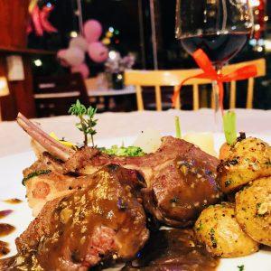 Toplist món ngon Đà Lạt tại nhà hàng Memory mà bạn không thể bỏ lỡ như: sườn cừu áp chảo, đùi cừu đút lò nướng than hồng, lẩu cá tầm...