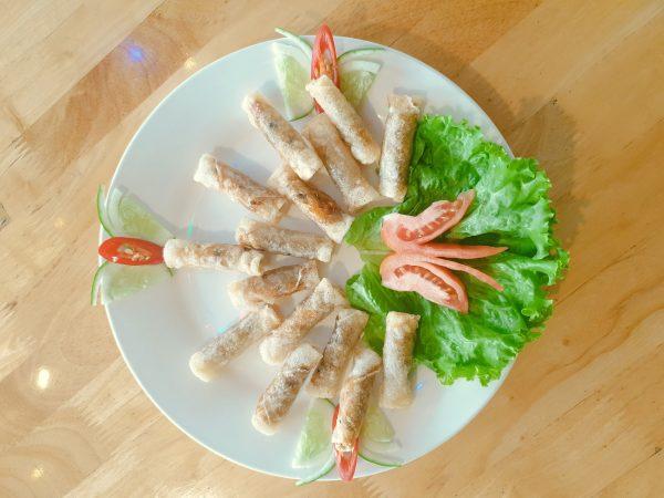 Món chả ram tôm đất là một trong những món khai vị được yêu thích nhất của nhà hàng Memory Đà Lạt