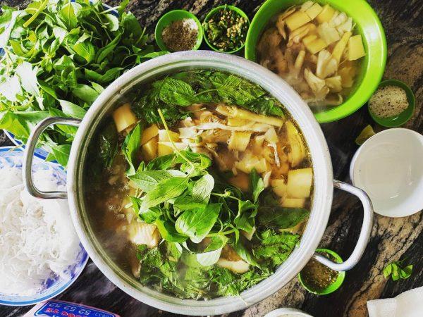 Món lẩu gà lá é Đà Lạt ngon tuyệt trong thời tiết lành lạnh