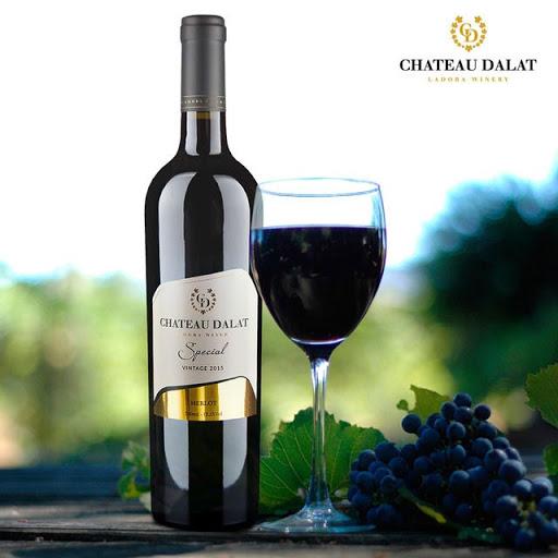 Rượu vang đỏ dùng kèm đùi cừu đút lò nướng than hồng