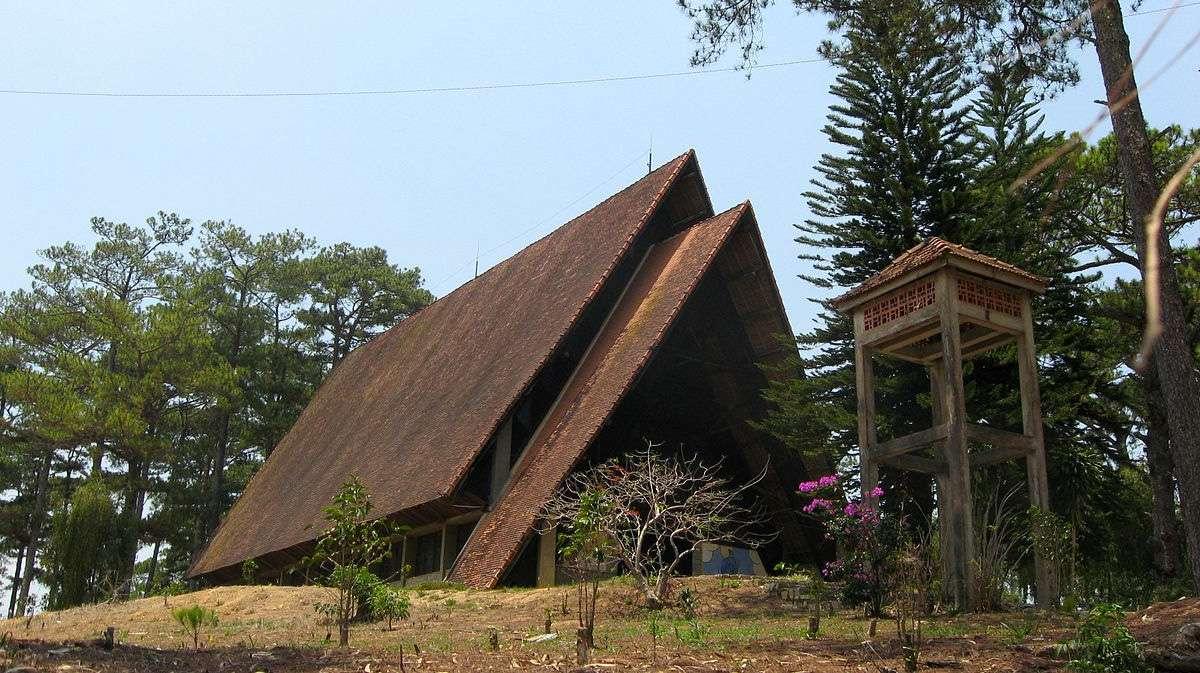 Nhà thờ Cam Ly - Nhà thờ đẹp nhất Đà Lạt lối kiến trúc độc đáo mái nhà hình lưỡi rừu của Đà Lạt