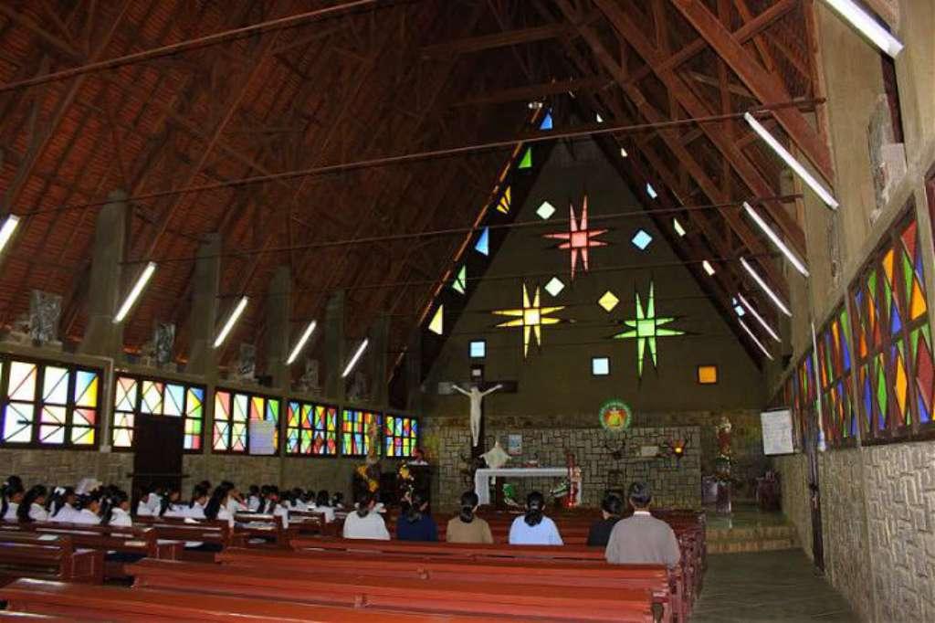 Bên trong nhà thờ Cam Ly - Nhà thờ đẹp nhất Đà Lạt