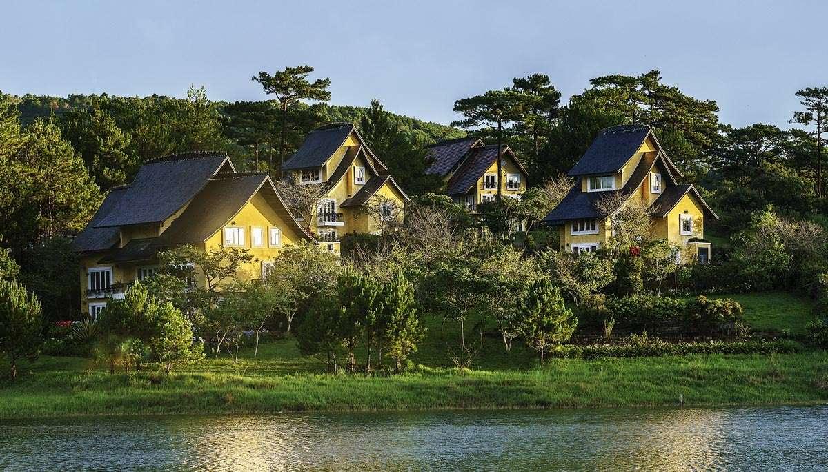 Dalat Edensee lake resort & spa nằm bên hồ Tuyền Lâm