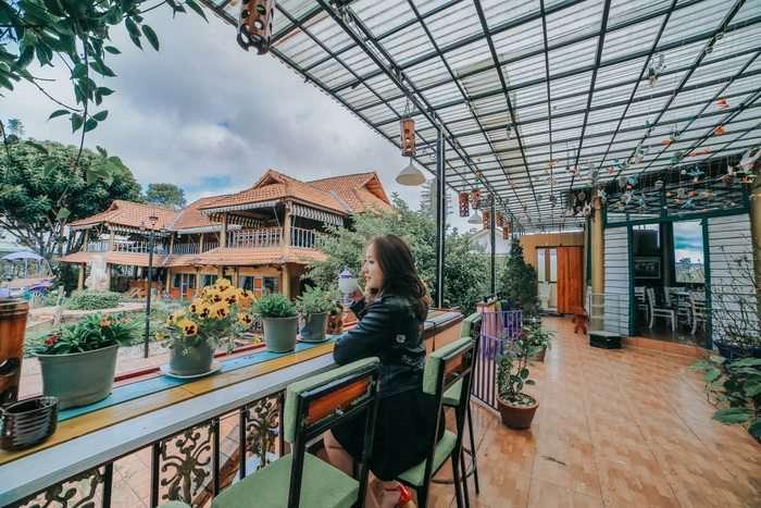 Khách chụp hình tại view nhà hàng đẹp nhất Đà Lạt - Nhà hàng Memory