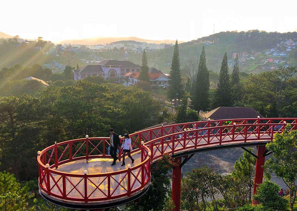 Cây cầu đỏ ở nhà hàng Đà LẠt View