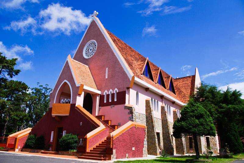 Nhà thờ Domaine de mari- Nhà thờ với gam màu hồng nhẹ nhàng luôn thu hút mọi du khách