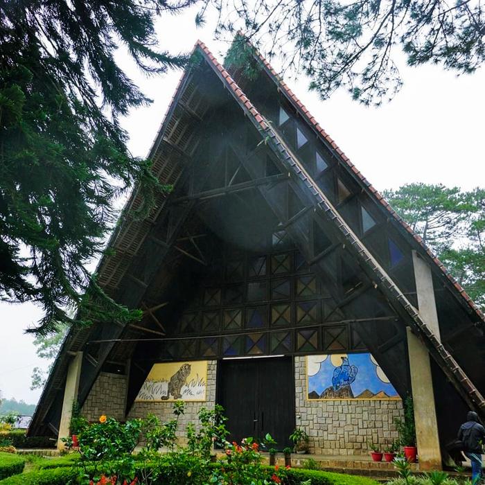 Nhà thờ Cam Ly là một trong những công trình tôn giáo có kiến trúc độc đáo tại thành phố ngàn hoa