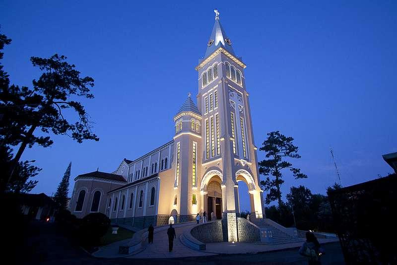 Nhà thờ Con Gà hay còn gọi là nhà thờ Chánh tòa đẹp nhất Đà Lạt