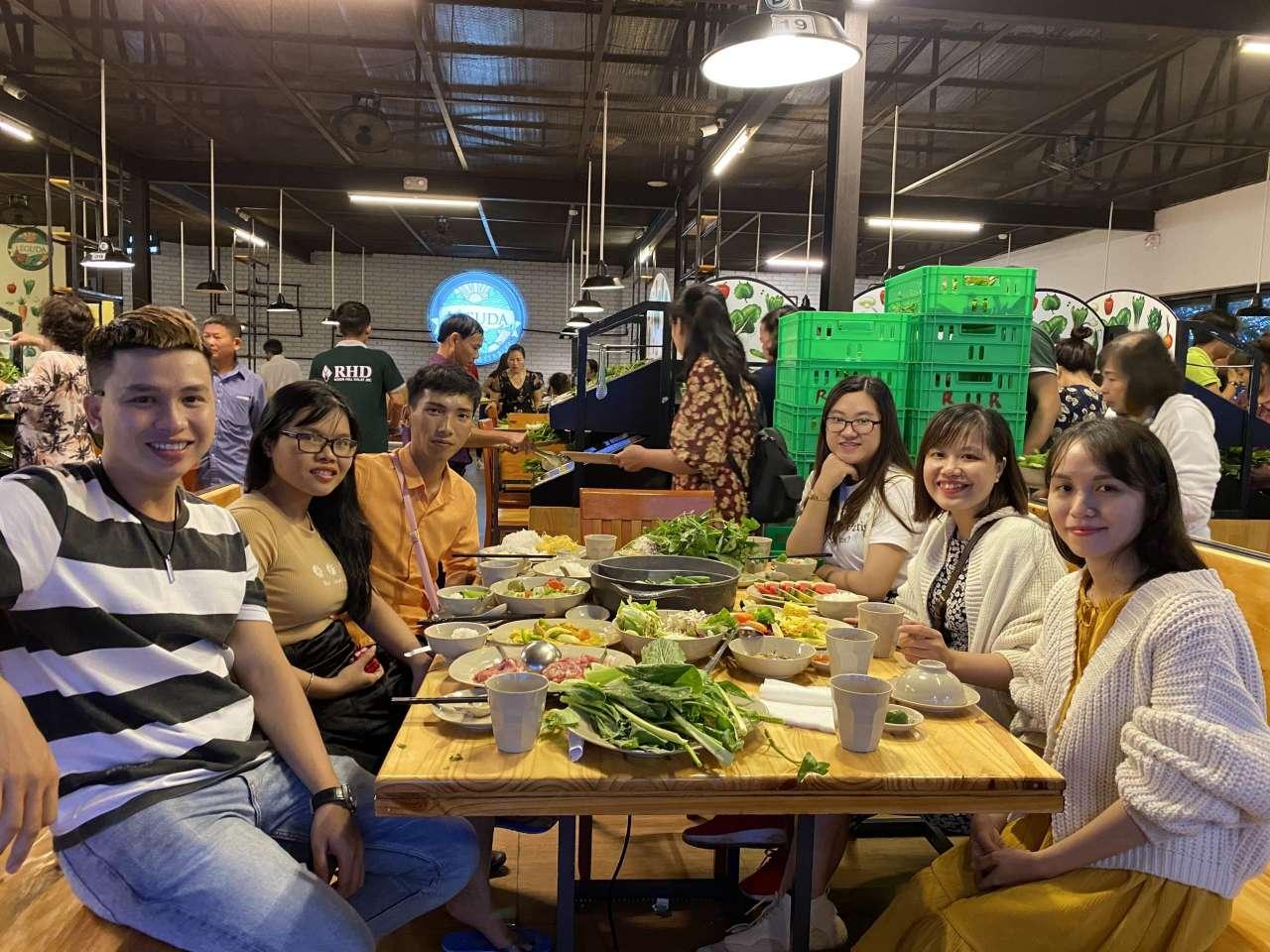Du khách checkin tại nhà hàng Leguda - Nhà hàng view đẹp nhất Đà Lạt